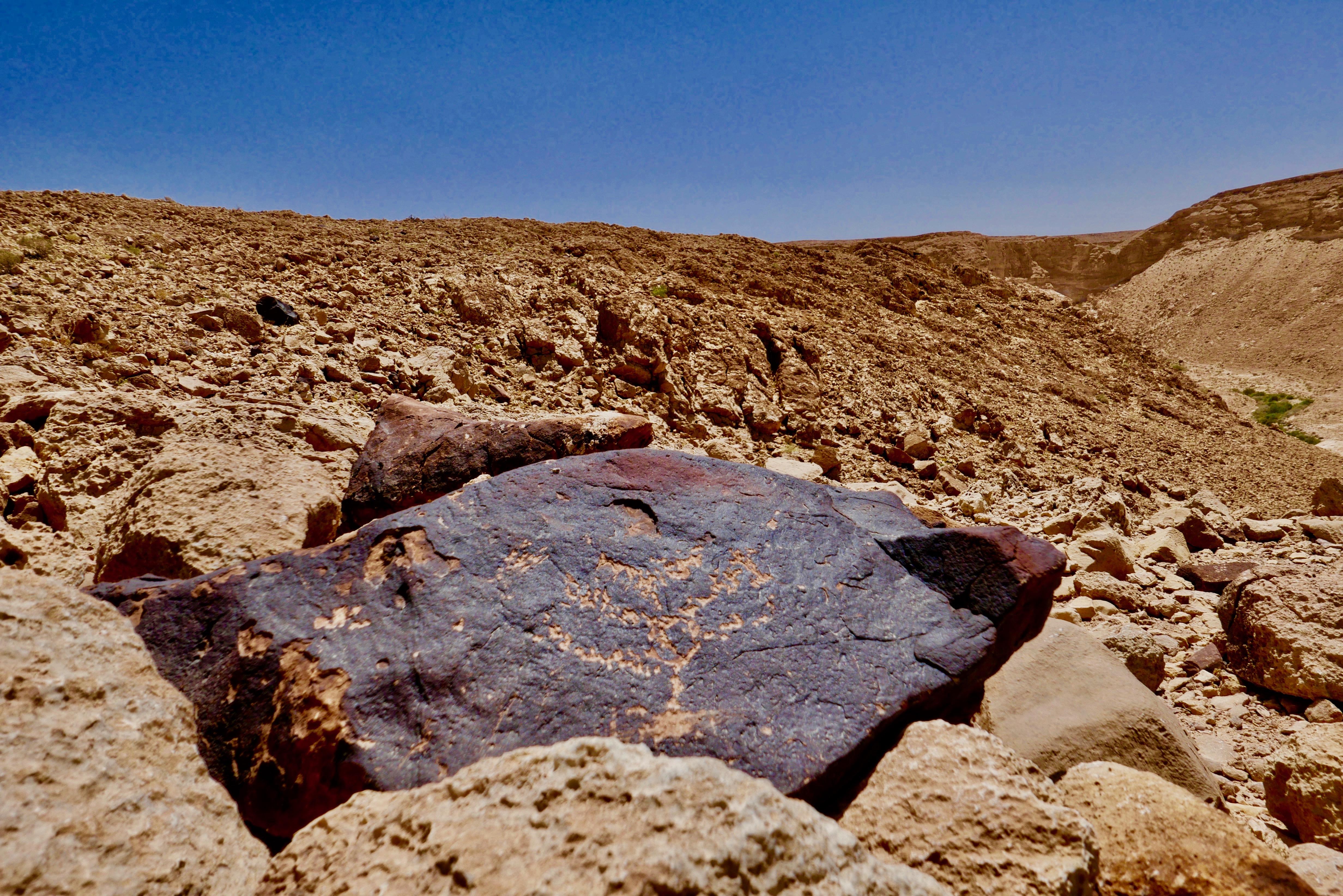 Eingravierungen von jüdischen Symbolen in der Wüste
