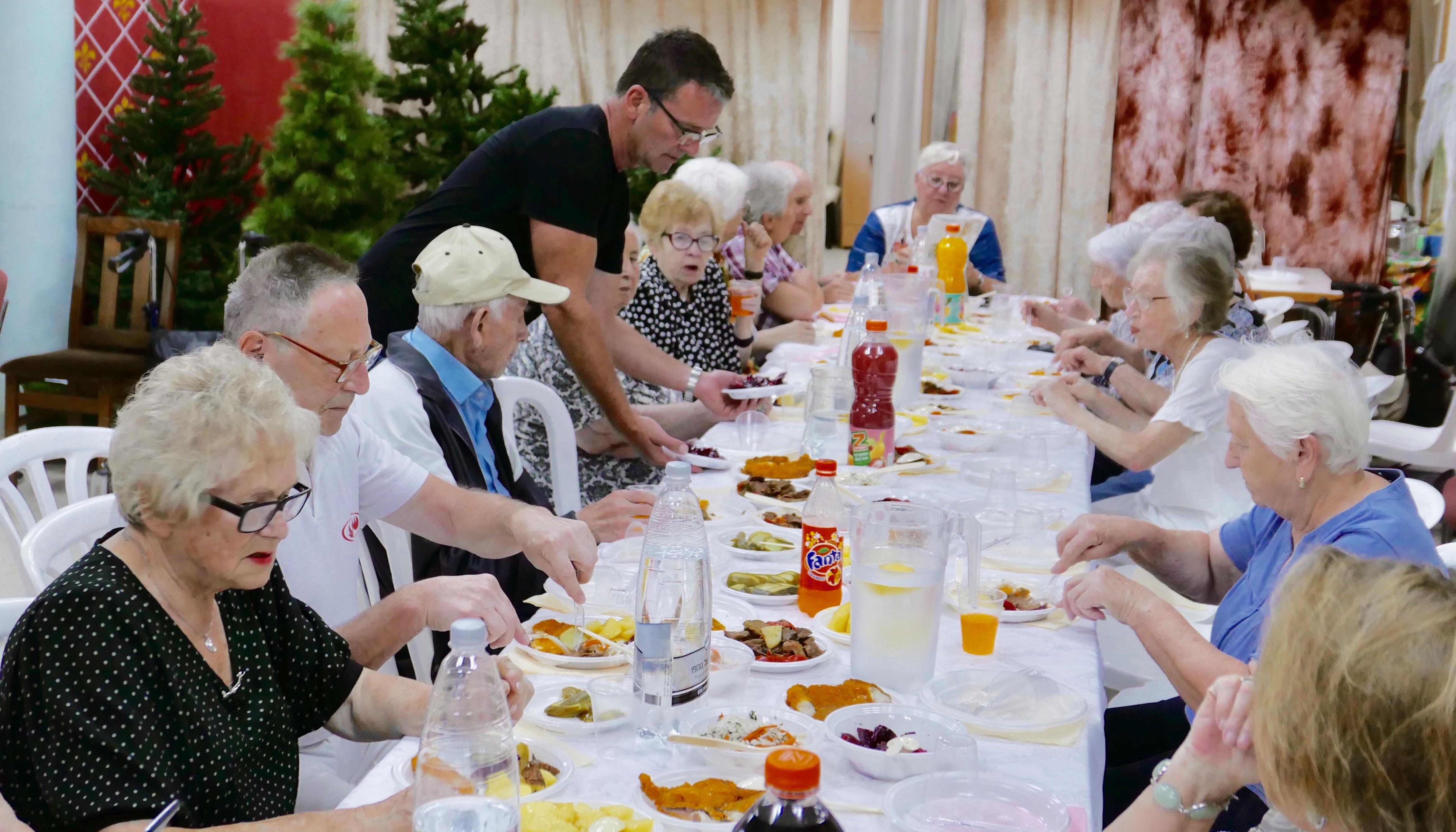 Holocaust - überlebende genießen warme Mahlzeiten